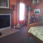 La chambre avec son coin café et sa cheminée.