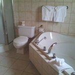 La salle de bain, spacieuse et lumineuse et le jacuzzi.