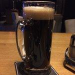 Темное не фильтрованное пиво в немецком ресторане внизу.