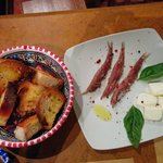 Le acciughe servite con pane tostato e burro