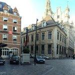 panorámica con el hotel (izq) y la Grand Place (dcha)