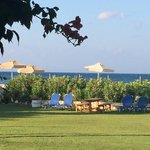 40 meter over gressplen, bak hekken - stranden med seks parasoller forbeholdt Isminis gjester
