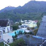 vue depuis la terrasse de la piscine, du piton des neiges et d'une partie du village et l'église