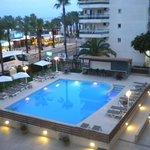 La piscina lo bueno del hotel