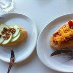 Coquetes de calabacín con almendra dulce y de pimiento con huevo hilado