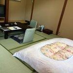7.5畳の和室。布団はすでに引かれている。
