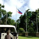 Флаг Shanri-la's встречает и провожает гостей