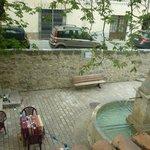 vista dalla stanza: fontana e tavolini del ristorante