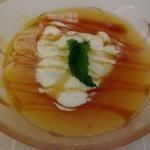 Sopa de papaya, mango y parchita con helado de vainilla.