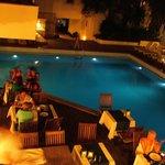 Restaurant extérieur et piscine le soir