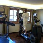 Fitnessraum mit modernen Geräten