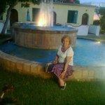 Di notte la fontana luminosa conferisce suggestività al lussureggiante giardino circostante