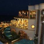 Vision nocturne de la piscine et du restaurant