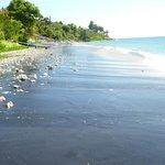 Пляж от виллы в левую строну