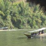Sur la Rivière Kwai, le bateau pour aller aux grotte