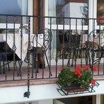 balcone con tavoli e sedie