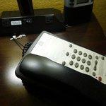 verstaubte Nachttische mit Lampen und Telefon