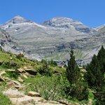 zicht op omringende bergen
