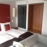 Schlafzimmer mit Glasfront zum Bad