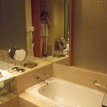 Tina y utensilios de baño...muy amplio