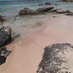 Spiaggia rosa per presenza di particelle di corallo rosso