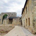 gauche, les ruines de la chapelle. A droite, la maison du prieur, rénovée et désormais musée con