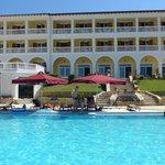 Blick vom großen Pool zum Hotel