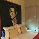 Nos tocó habitación con foto de James Dean.