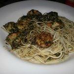 Espaguete ao molho pesto com camarão e castanhas