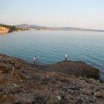 Blick vom Felsen aufs Meer
