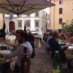 I tavolini nella bella piazzetta.