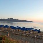 Stranden med utsikt mot øya der Kri-Kri geitene bor