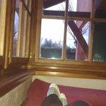 Descansando sobre la calefacción en el living
