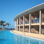 El hotel frente a la piscina