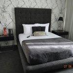 Hay habitaciones con una cama matrimonial, pero la ventaja es que tiene terraza y un baño grande