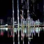 オブジェの水面に夜景が映る