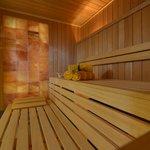 Saunalandschaft mit Salzwand-Sauna, Bio-Sauna und finnischer Sauna