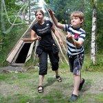 Under sommaren och Samiska veckan kan man prova att kasta lasso vid samiska vistena.