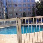 Petit déj au bord de la piscine