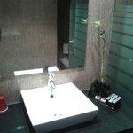 Lavabo avec à droite kit d'hygiene complet