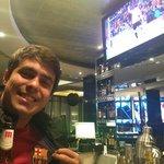 Torcendo para o Barca no bar do hotel
