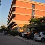 Вид на отель со стороны паркинга