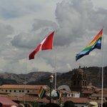 Toda decorada com as bandeiras coloridas de Cusco