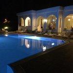 La piscina ed il ristorante in notturna