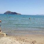 fin sand strand....solstoler leies ut til gjestene for 4 auro pr stk....vi lå ikke på stranden.