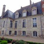 La partie gauche de la façade du château ..
