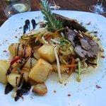Huvudrätt, där köttet varieras - lamm, nöt, långkokt gris...