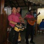 Les musiciens du restaurant de la plage!