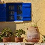 Typique mur blanc, fenêtre bleu..
