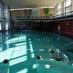 Het binnenbad waar naakt gezwommen wordt met aangrenzend een aantal sauna's